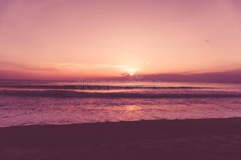 Playa limpia de la naturaleza tropical y arena blanca en verano con el cielo del sol y el fondo azules claros del bokeh imagenes de archivo