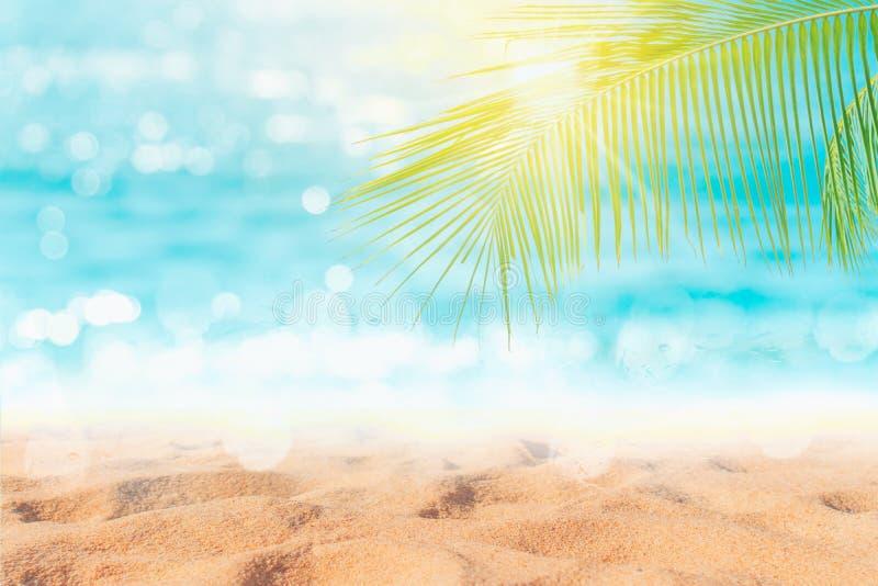 Playa limpia de la naturaleza tropical y arena blanca en verano con el cielo del sol y el fondo azules claros del bokeh fotos de archivo libres de regalías