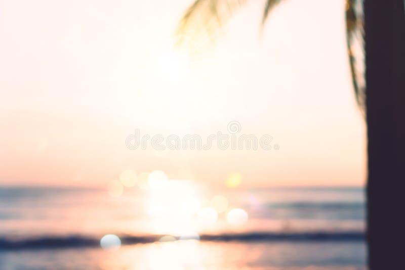 Playa limpia de la naturaleza tropical y arena blanca en verano con el cielo del sol y el fondo azules claros del bokeh imagen de archivo