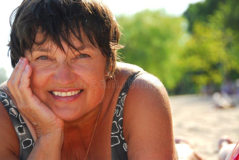 Playa madura de la mujer imagen de archivo libre de regalías
