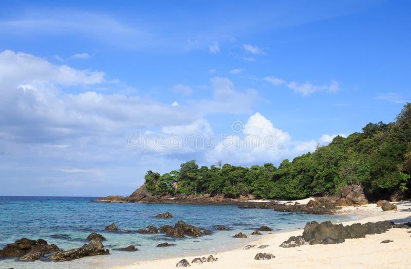 Playa magnífica de la isla de piedra áspera y mar azul tropical en el verano, Lipe Tailandia imagen de archivo