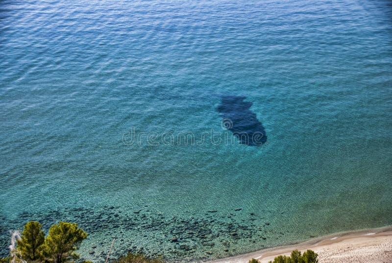 Playa majestuosa con el mar cristalino fotos de archivo