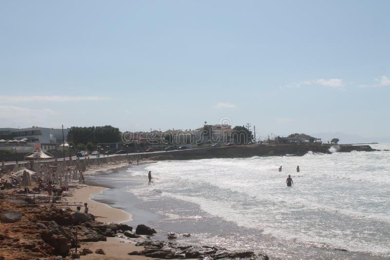 Playa, mar y gente nadando imagenes de archivo