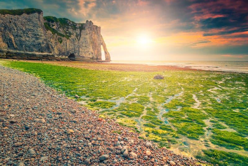 Playa maravillosa de la grava y puesta del sol colorida cerca de Etretat, Normandía, Francia imagenes de archivo