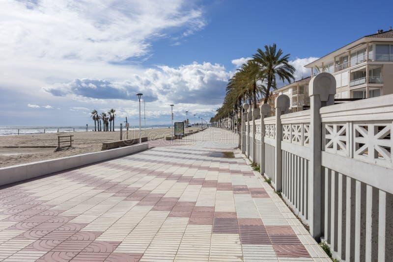 Playa mediterránea y promeande marítimo en el EL Vendrell, costa foto de archivo libre de regalías