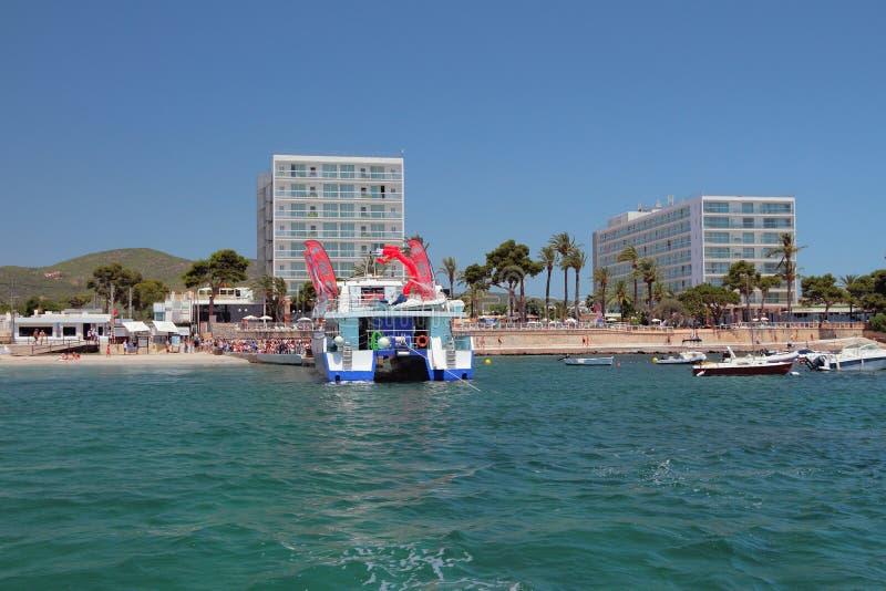 Playa melina Bossa, Ibiza Hiszpania, Jul, - 5, 2017: Catamaran łodzi przyjęcie przy promu cumowaniem zdjęcie stock