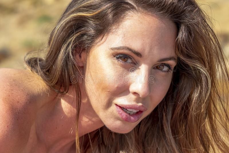 Playa morena preciosa de Relaxing On The del modelo del bikini fotografía de archivo libre de regalías