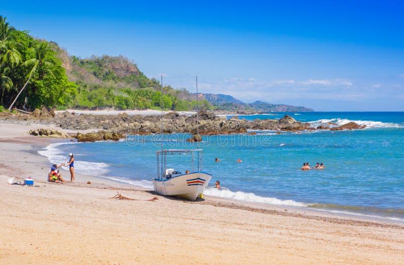 PLAYA MOTEZUMA, COSTA RICA, CZERWIEC, 28, 2018: Niezidentyfikowani ludzie pływa piękną błękitne wody i cieszy się obraz stock