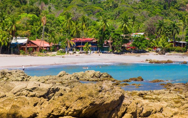 PLAYA MOTEZUMA, COSTA RICA, CZERWIEC, 28, 2018: Niezidentyfikowani ludzie pływa piękną błękitne wody w i cieszy się fotografia stock