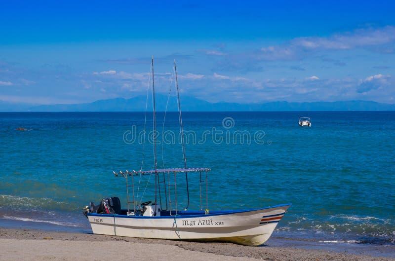 PLAYA MOTEZUMA, COSTA RICA, CZERWIEC, 28, 2018: Plenerowy widok mała łódka w brzeg w Playa Montezuma podczas wspaniałego fotografia stock