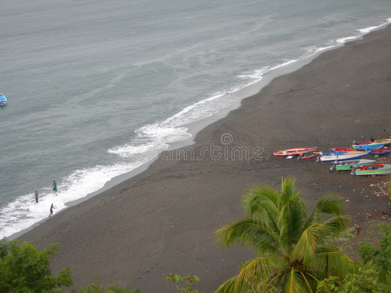 Playa negra de la arena fotografía de archivo