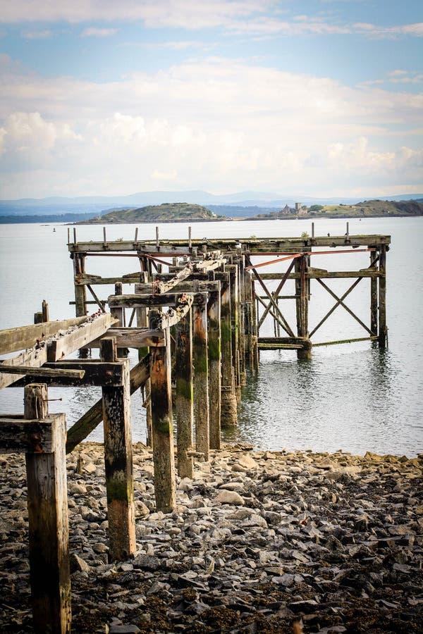 Playa negra de las arenas, Aberdour, Escocia fotos de archivo