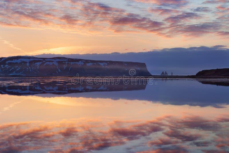 Playa negra y el soporte Reynisfjall, Vik, Islandia del sur de la arena en invierno o verano Paisaje panorámico de montañas volcá imagenes de archivo