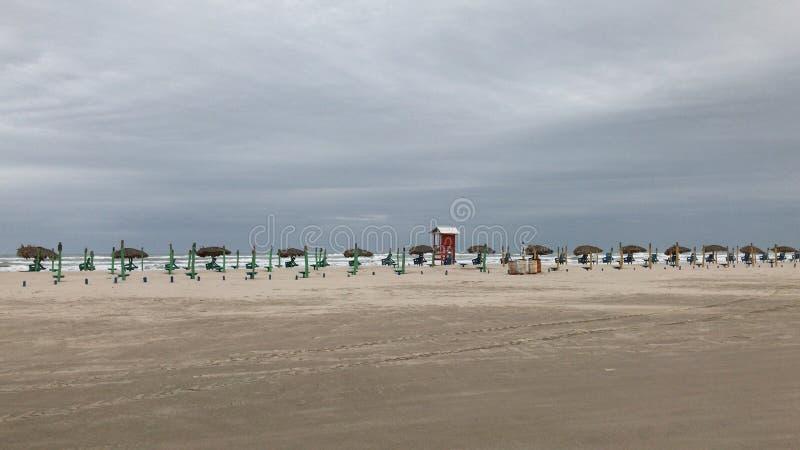 Playa nublada imagen de archivo