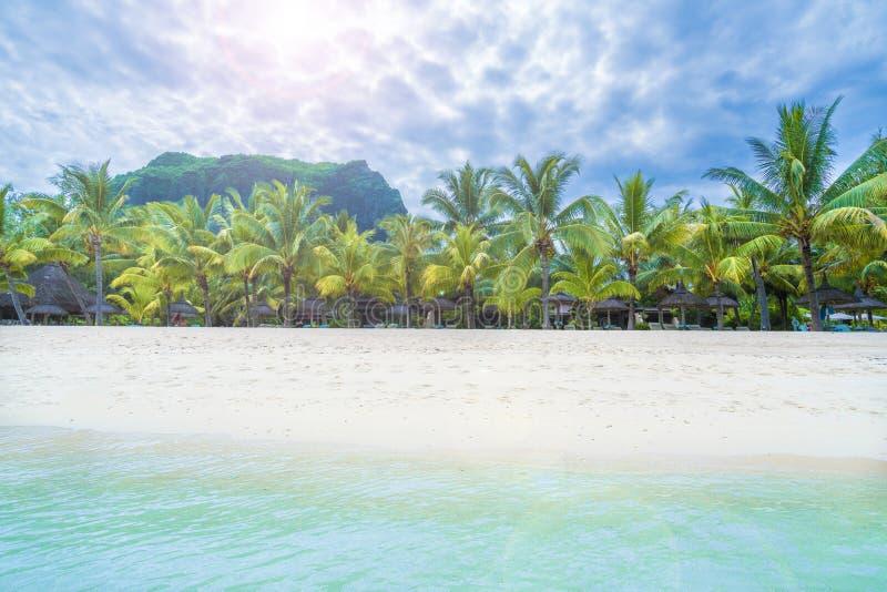 Playa pública Le Morne Brabant en la isla de Mauricio, África imágenes de archivo libres de regalías