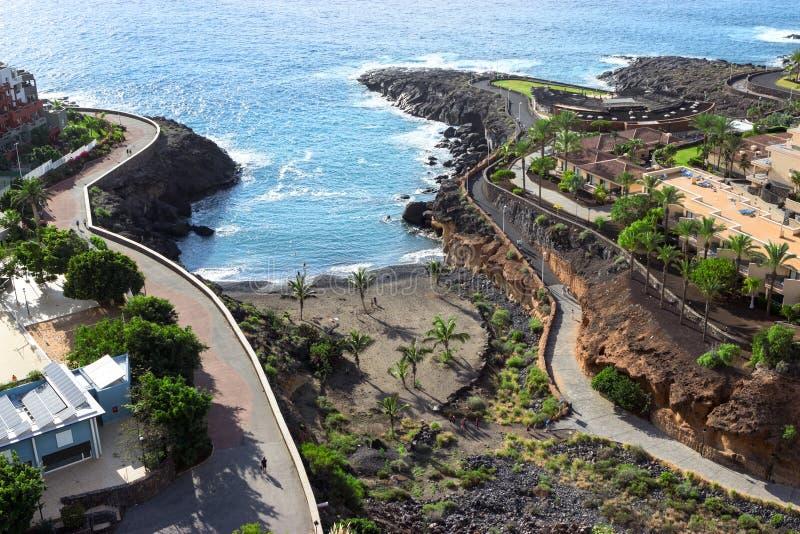 Playa Paraiso村庄海景和海岸有打破峭壁的海浪的 加那利群岛tenerife 西班牙,欧洲 库存照片