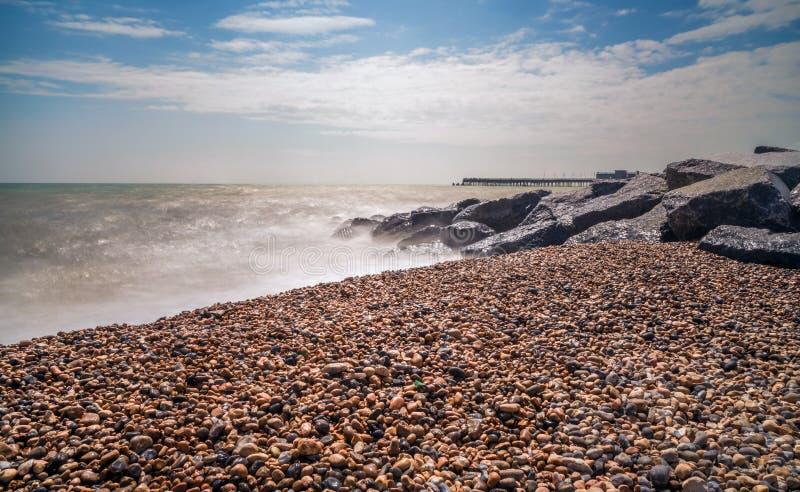 Playa pedregosa en Hastings, Sussex del este, Reino Unido fotos de archivo libres de regalías