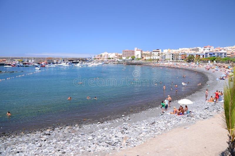 Playa pintoresca en Playa de San Juan - un pequeño pueblo pesquero en el sur al oeste de Tenerife foto de archivo