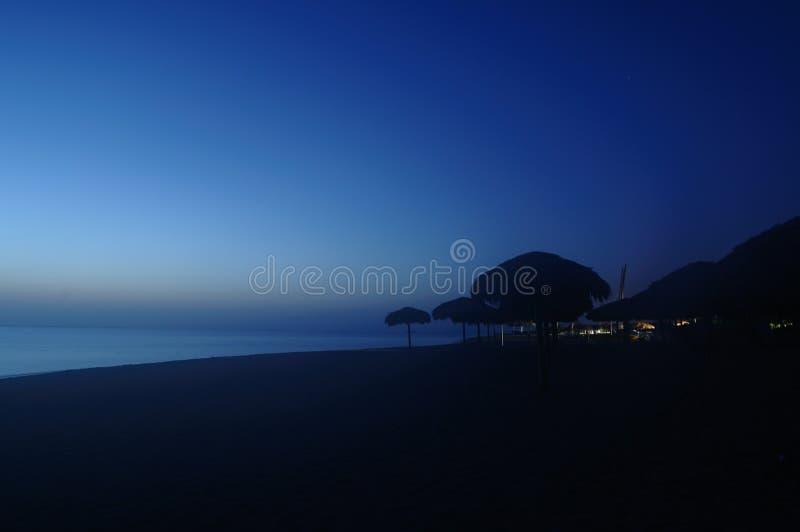 Playa por noche imagenes de archivo