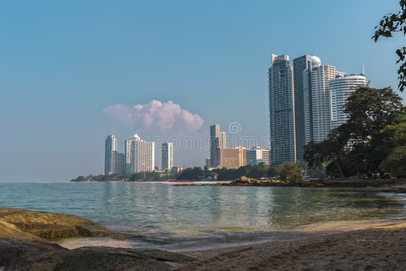 Playa preciosa hermosa en el norht de Pattaya, Tailandia fotografía de archivo