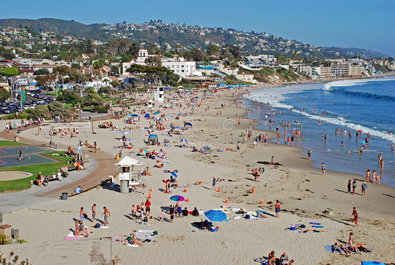 Playa principal en el verano en el Laguna Beach, CA imagen de archivo