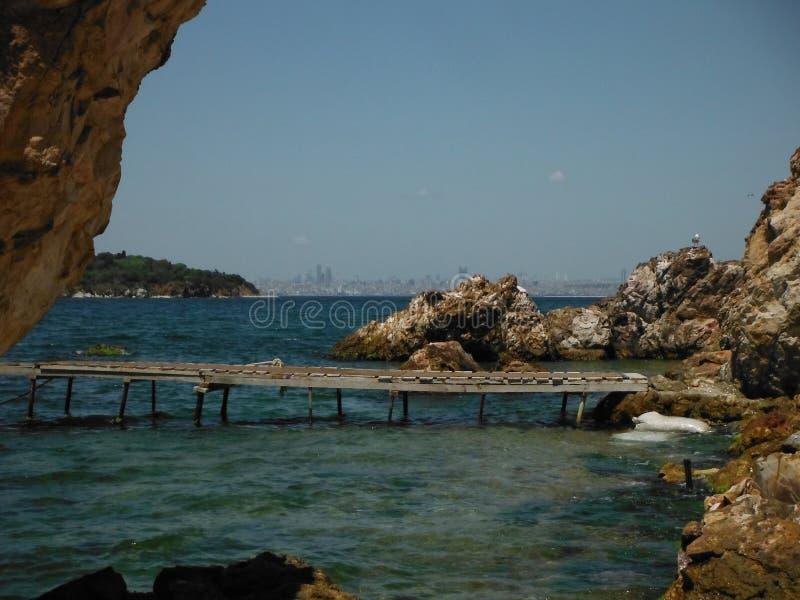 Playa privada en los príncipes Islands con el horizonte de Estambul foto de archivo