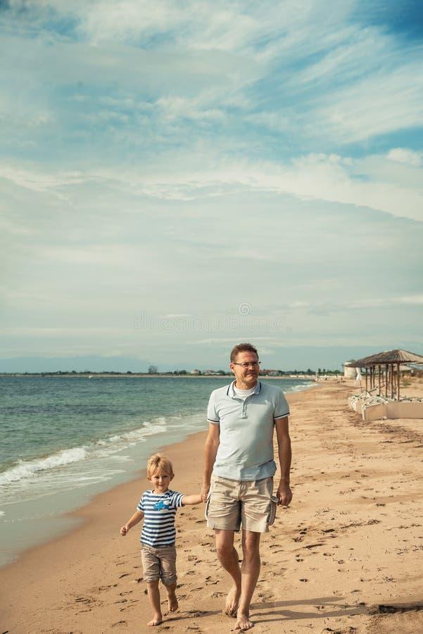 Playa que camina del padre y del hijo fotos de archivo libres de regalías