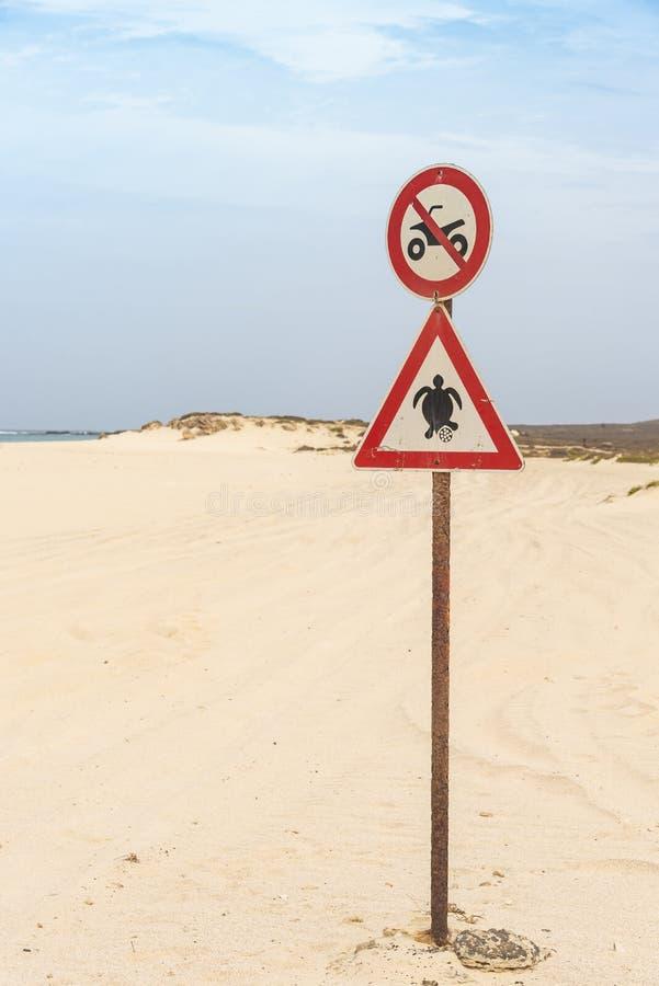 Playa que conduce Boa Vista prohibido de la jerarquización de la tortuga de la muestra imagenes de archivo