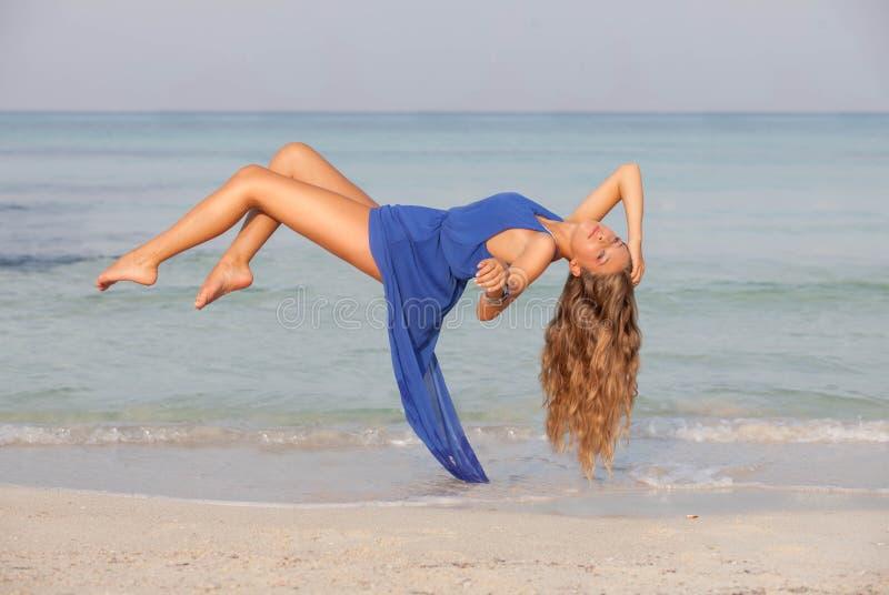 Playa relajante de la levitación del concepto de las vacaciones de la mujer fotos de archivo
