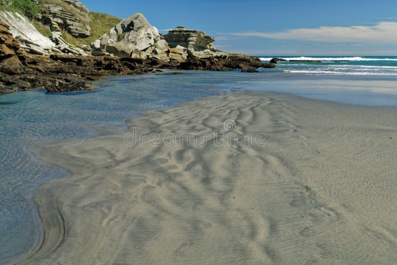 Playa remota de la costa oeste en la isla del sur de Nueva Zelanda imagen de archivo