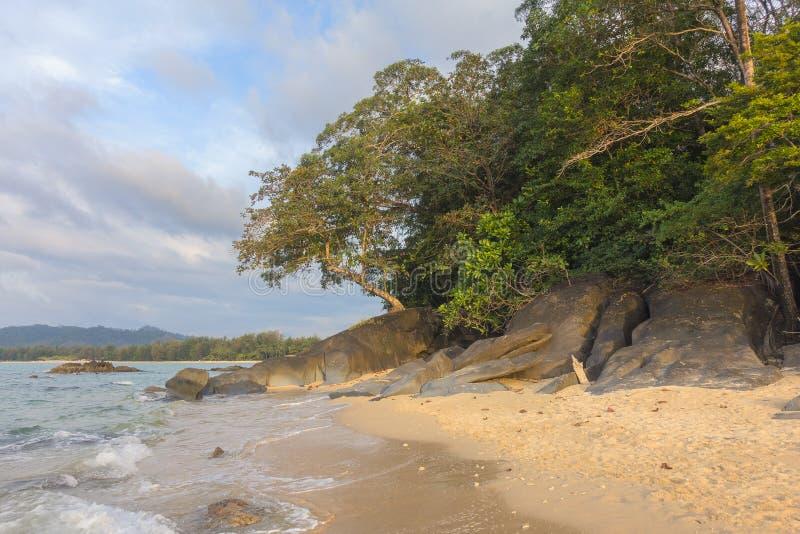 Playa, roca y mar en la puesta del sol fotografía de archivo libre de regalías