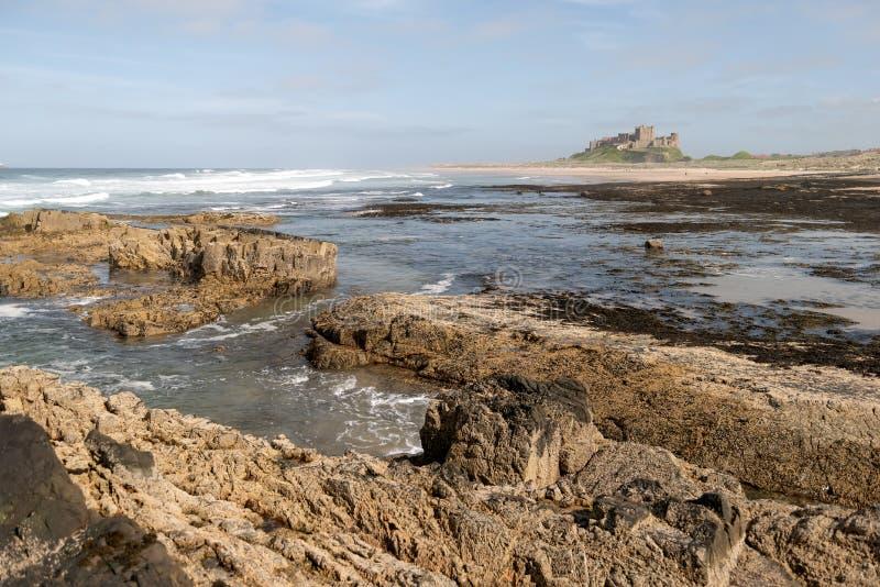 Playa rocosa cerca del castillo de Bamburgh, Inglaterra foto de archivo libre de regalías