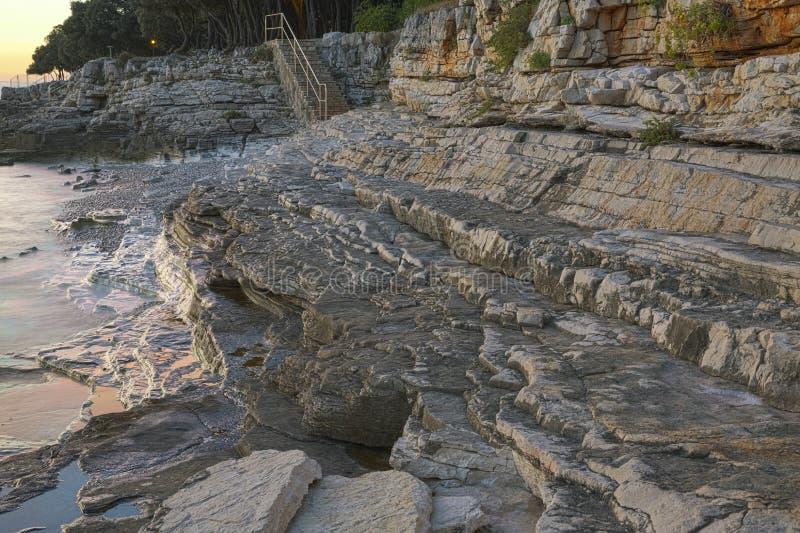 Playa rocosa de la puesta del sol en Istria, Croacia HDR imagen de archivo