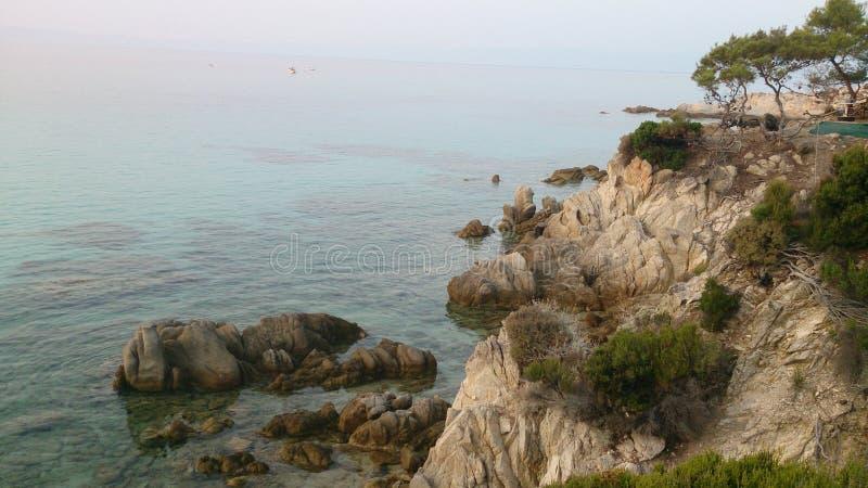 Playa rocosa en el Mar Egeo, Grecia fotos de archivo