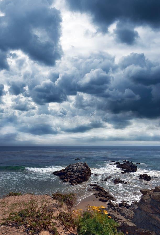 Playa rocosa en un día tempestuoso en Malibu California imagen de archivo
