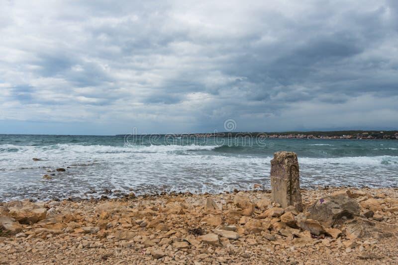 Playa rocosa en Zadar Croacia con una visión en el mar medieterranean fotografía de archivo libre de regalías