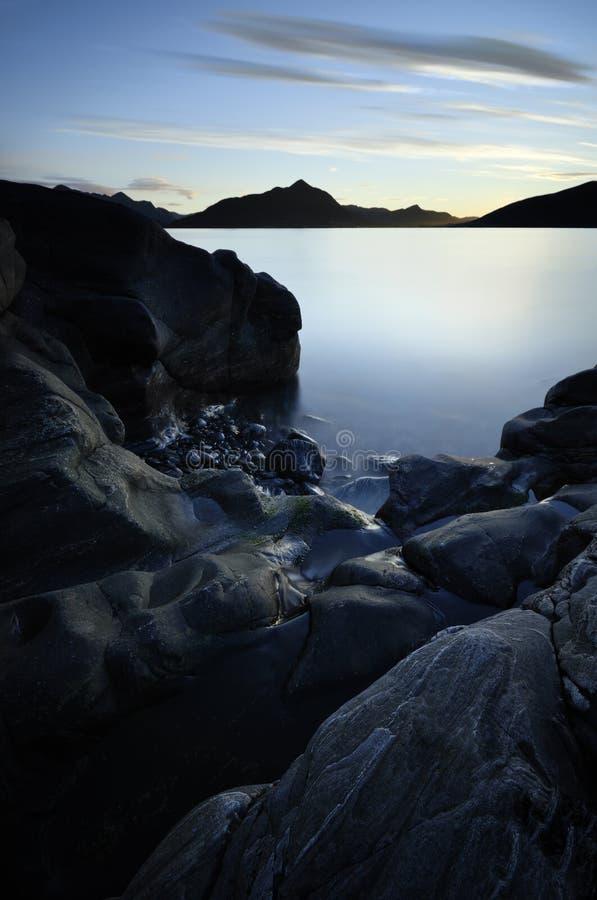 Playa rocosa, línea de la costa en Sula Island, Noruega 2017 imagen de archivo libre de regalías