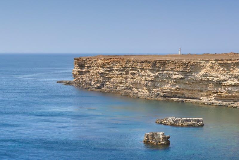 Playa rocosa por el mar foto de archivo