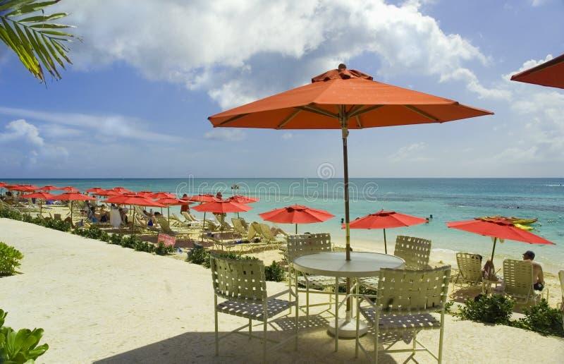 Playa roja del paraguas fotos de archivo libres de regalías