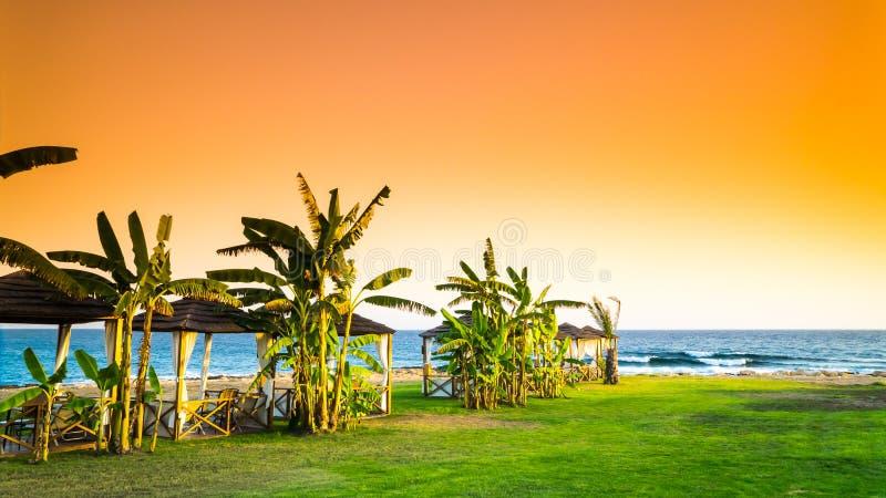 Playa romántica en la puesta del sol fotografía de archivo