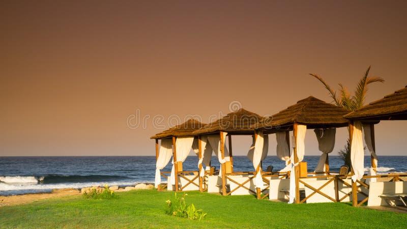 Playa romántica en la puesta del sol, Chipre fotos de archivo