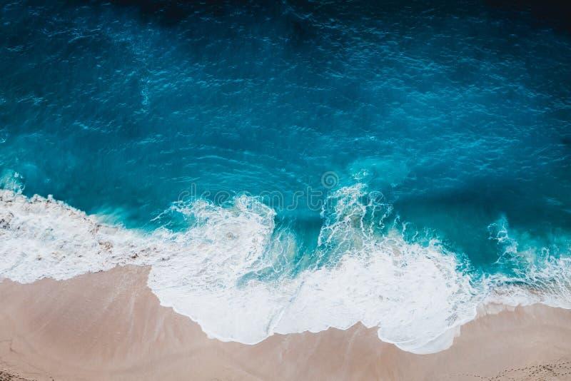 Playa salvaje, visión superior, ondas fotos de archivo libres de regalías