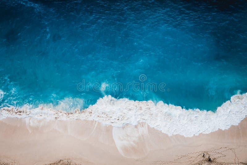 Playa salvaje, visión superior, ondas fotos de archivo