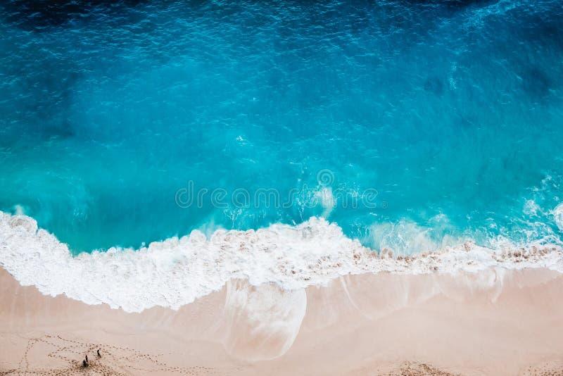 Playa salvaje, visión superior, ondas imágenes de archivo libres de regalías