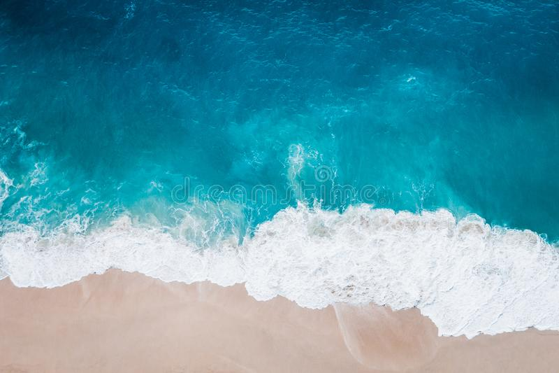Playa salvaje, visión superior, ondas imagenes de archivo