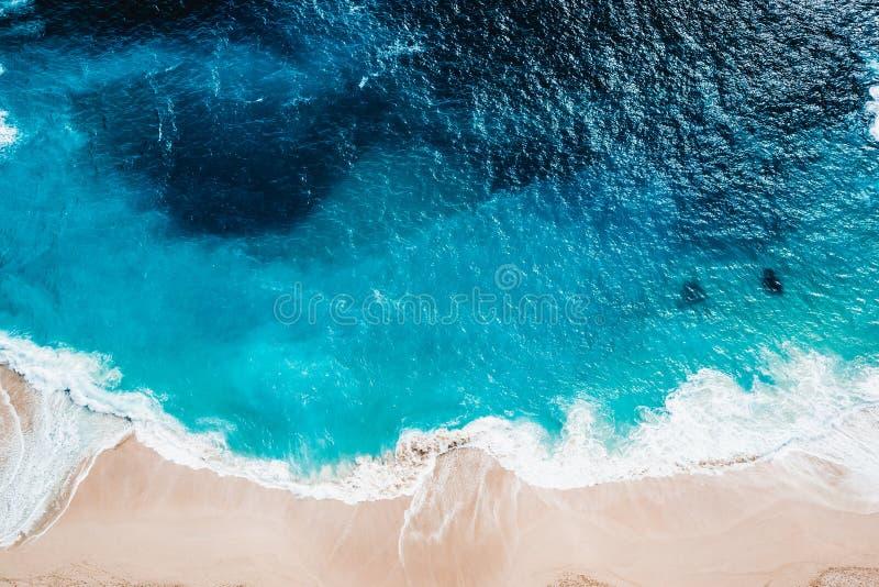 Playa salvaje, visión superior, ondas foto de archivo libre de regalías