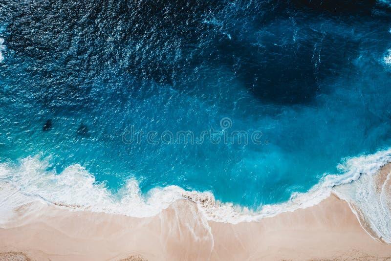 Playa salvaje, visión superior, ondas imagen de archivo libre de regalías