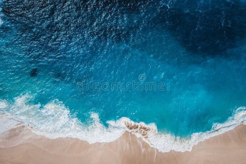 Playa salvaje, visión superior, ondas foto de archivo