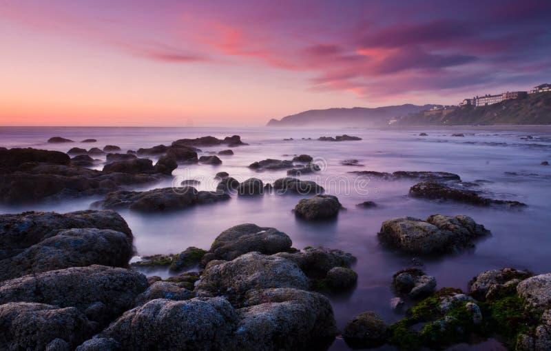 Playa soñadora lisa en la puesta del sol fotos de archivo libres de regalías