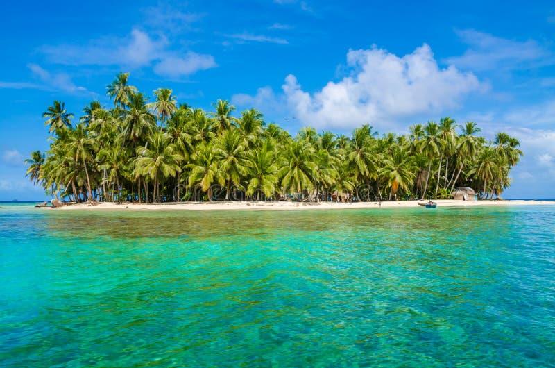Playa sola hermosa en la isla del Caribe de San Blas, Kuna Yala, Panam? Mar tropical de la turquesa, destino del viaje del para?s fotografía de archivo libre de regalías